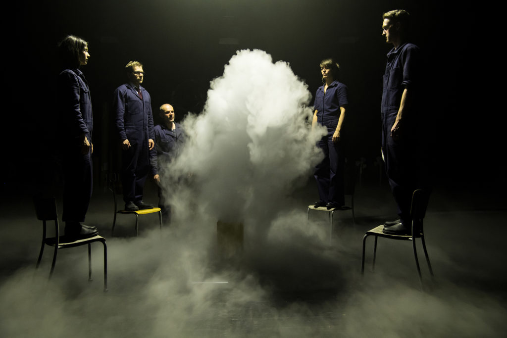 """GIRL FROM THE FOG MACHINE FACTORY"", L'USINE A NUAGES AUX MANS DES ANGES"