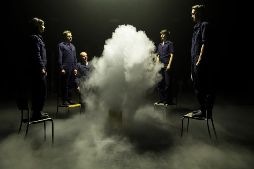 « GIRL FROM THE FOG MACHINE FACTORY », L'USINE A NUAGES AUX MANS DES ANGES